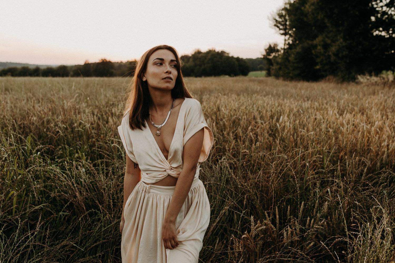 Portrait d'une femme dans les champs