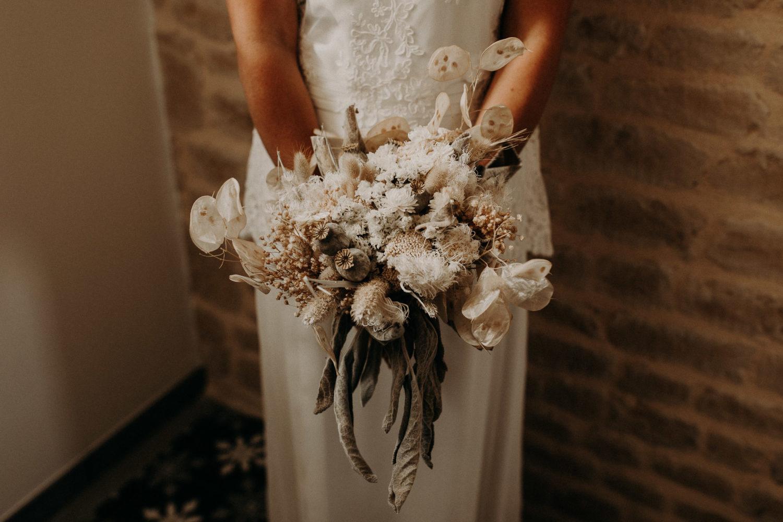 Photo d'un bouquet de mariée avec des fleurs séchées