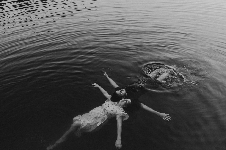 Séance photo en couple dans l'eau