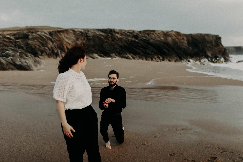 Photo d'une demande en mariage sur la plage
